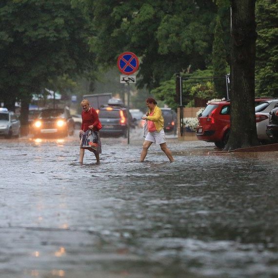 Burza nad miastem, pozalewane ulice i chodniki. Zobacz film!