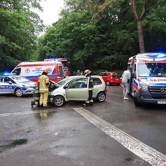 Zdarzenie na skrzyżowaniu w dzielnicy nadmorskiej. Uszkodzone są trzy auta