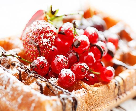 Pomysły na bezglutenowe słodkości z sezonowymi owocami