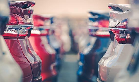 """Benzyna za """"grosze"""" i stojące fabryki. Jak motoryzacja wyjdzie z kraksy z wirusem?"""