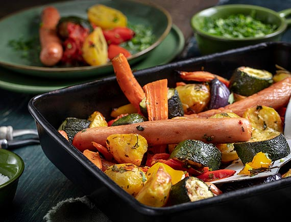 Sycący obiad: zapiekane parówki Paryżanki z sezonowymi warzywami