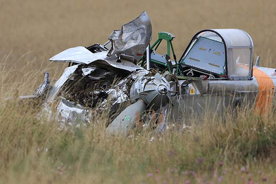 Przy lotnisku rozbił się samolot szkoleniowy. Jeden pilot nie żyje, drugi jest ranny. Zobacz film!