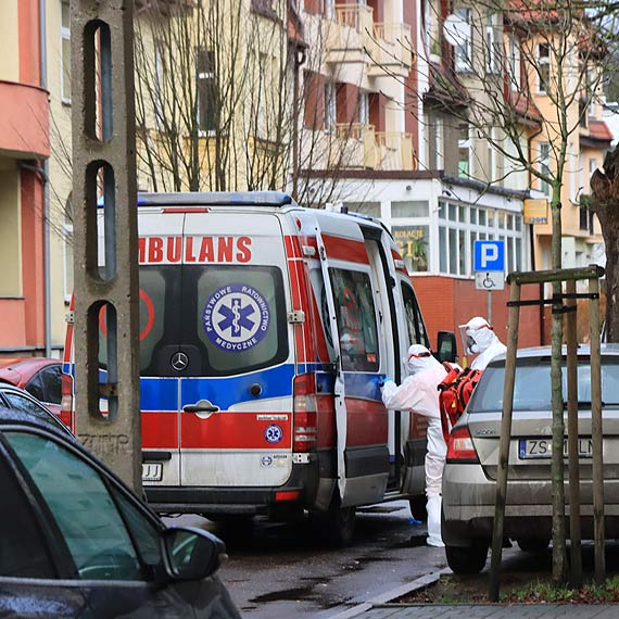 Ratownicy medyczni pomogli kobiecie