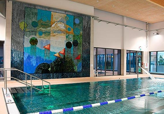100 tysięcy szklanych elementów zdobi ścianę świnoujskich basenów