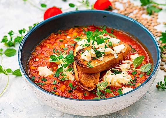 Zupa z zielonej soczewicy z grzankami i serem korycińskim