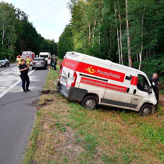Zderzenie 3 pojazdów na 11. kilometrze od Świnoujścia. Samochód Poczty Polskiej wylądował w rowie