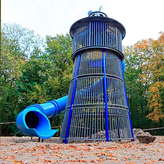 W Parku Zdrojowym powstaje nowy plac zabaw. Będzie można zjechać z latarni morskiej!
